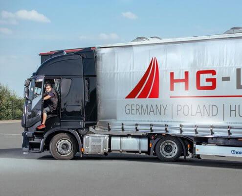 HG-Logistic LKW vor dem Lager