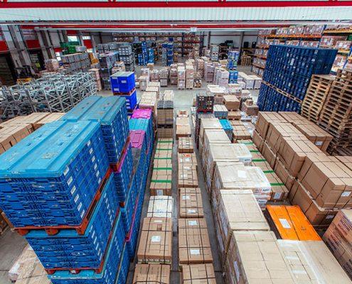 Container und andere Frachten in einer Lagerhalle